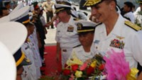 US Rear Admiral Ron Horton (C) Commander of Task Force 73 and sailors from the visiting destroyer USS John S. McCain are greeted by Vietnamese naval officers (L) during a welcoming ceremony at Tien Sa