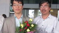 Vietnam's GM Le Quang Liem (L) arrives at Tan Son Nhat Airport on June 8 after a competition in France from May 25 till June 6.