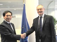 Deputy Foreign Minister Bui Thanh Son (L) and Chief Operating Officer of the European External Action Service (EEAS) David O'Sullivan shake hands at the second deputy-ministerial political consultat