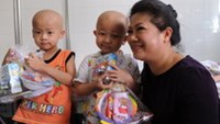 Do Thi Kim Lien, South Africa's honorary consul in Ho Chi Minh City, with child patients at the city's Children's Hospital No.2 during a visit on April 18. Photo courtesy of South Africa Republi