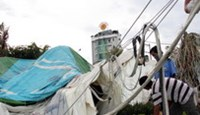 The hot air balloon in Nha Trang burst and collapsed during a rainstorm on Thursday