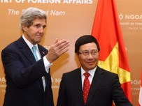 Kerry talks trade, East Sea and Mekong River in Vietnam