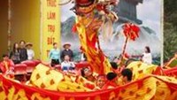 A dragon dance performance welcomed the opening of the Yen Tu Spring Festival on Saturday (Photo by CAND Online)