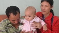 Nguyen Thi Cam Thu and her blind parents