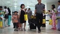 South Korean passengers who took the first non-stop flight from Incheon arrive at Cam Ranh, Khanh Hoa Province Thursday night.