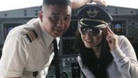 Ly Nha Ky (R), former Vietnamese Tourism Ambassador, posing with a pilot in the cockpit of a Vietnam Airlines flight last April.