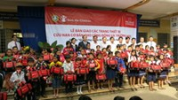 Save the Children and the Prudence Foundation presented VND590 million (US$26,800) worth of Disaster Risk Reduction (DRR) equipment to communities and schools in Dong Thap Province on Saturday.