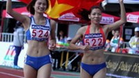 Sprinters Vu Thi Huong (R) and Nguyen Thi Oanh (L) respectively won the gold and bronze medals in the women's 200m race at the 27th South East Asian Games 2013 in Myanmar on Wednesday. Photo by Kh