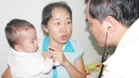 Nguyen To Nhi Phuong (L), an 11-month-old baby girl, has fully recovered after being treated at a hospital for more than 100 bee stings.
