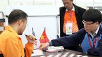 Vietnam's chess ace Le Quang Liem (R) will compete at the 2011 World Mind Sports Games in Beijing from December 8-12. Photo by Kha Hoa.