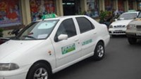 An unlicensed taxi that imitates the Mai Linh Taxi Company's logo outside Ho Chi Minh City's Ben Thanh Market. (Photo: Sai Gon Tiep Thi).