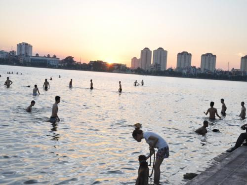 Hanoi lake becomes oasis amid 40 degree heat