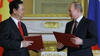 PM Nguyen Tan Dung (L) exchanges documents with his Russian counterpart Vladimir Putin (R)