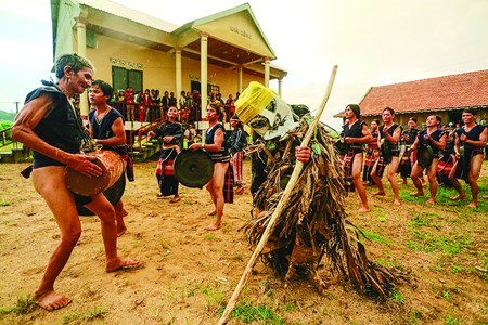 Ba Na people dance and play cồng chiêng (gong) in Dak Smar Commune, K'Bang District, the Central Highlands province of Gia Lai / PHOTO COURTESY OF TUOI TRE