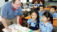 A foreign teacher teaches English at an elementary school in Ho Chi Minh City. Photo: Dao Ngoc Thach