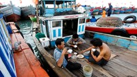 Fishermen eat onboard before departing on a fishing expedition from a port on Ly Son island, in Vietnam's central Quang Ngai province, July 1, 2014. Photo credit: Reuters