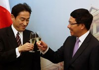 Japan's Foreign Minister Fumio Kishida (L) and his Vietnamese counterpart Pham Binh Minh raise a toast after a signing ceremony at the Government Guesthouse in Hanoi August 1, 2014. Photo credit: Reuters