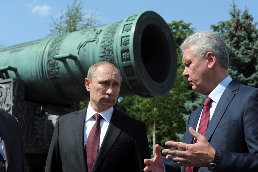 Russian President Vladimir Putin (L) speaks with Moscow Mayor Sergei Sobyanin during their meeting at Kremlin in Moscow July 31, 2014. Photo credit: Reuters