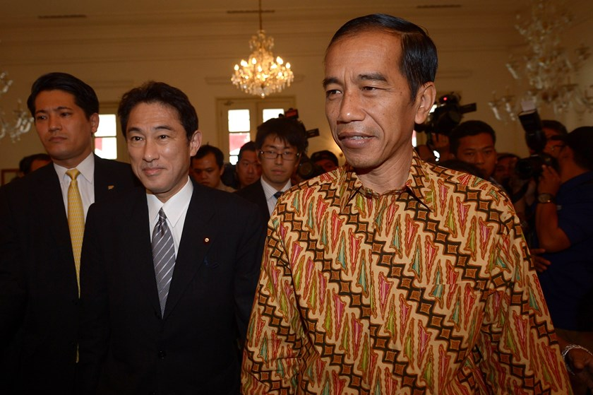 Indonesian President-elect Joko Widodo (R) walks next to Japan's Foreign Minister Fumio Kishida (2nd L) prior to their meeting in Jakarta on August 12, 2014. Photo: AFP