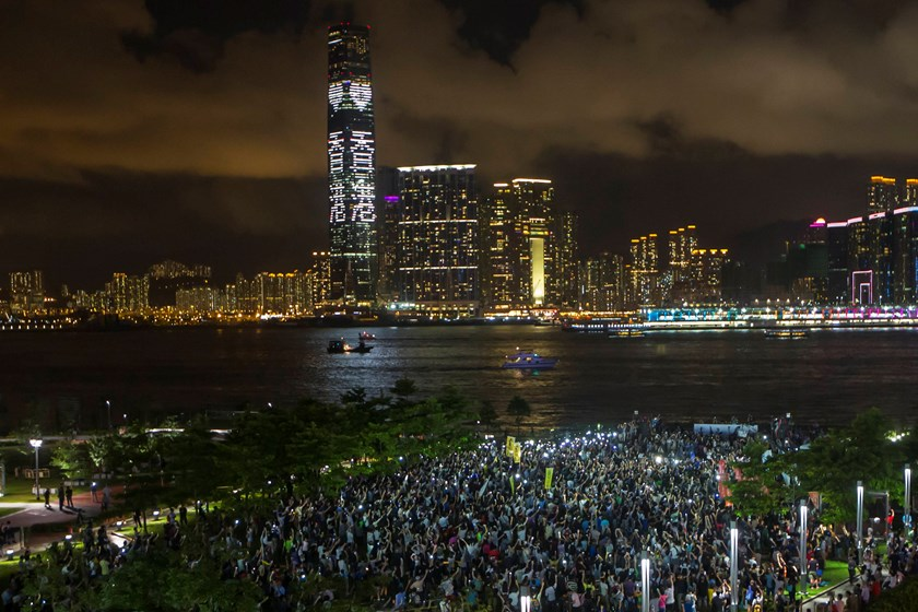 Pro-democracy protesters hold up their mobile phones during a campaign to kick off the Occupy Central civil disobedience event in Hong Kong August 31, 2014. Photo: Reuters
