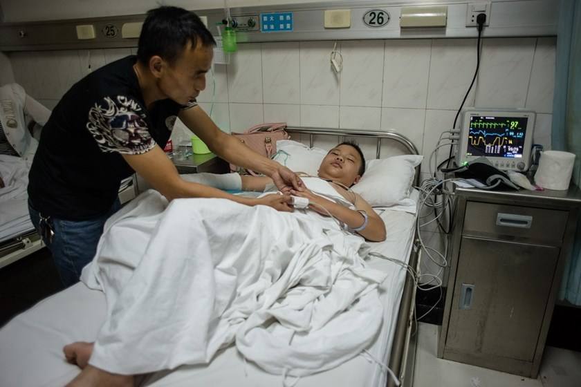 This picture taken on September 1, 2014 shows an injured child lying on his hospital bed after he was stabbed at school in Yunxi county in Shiyan, central China's Hubei province. Photo: AFP