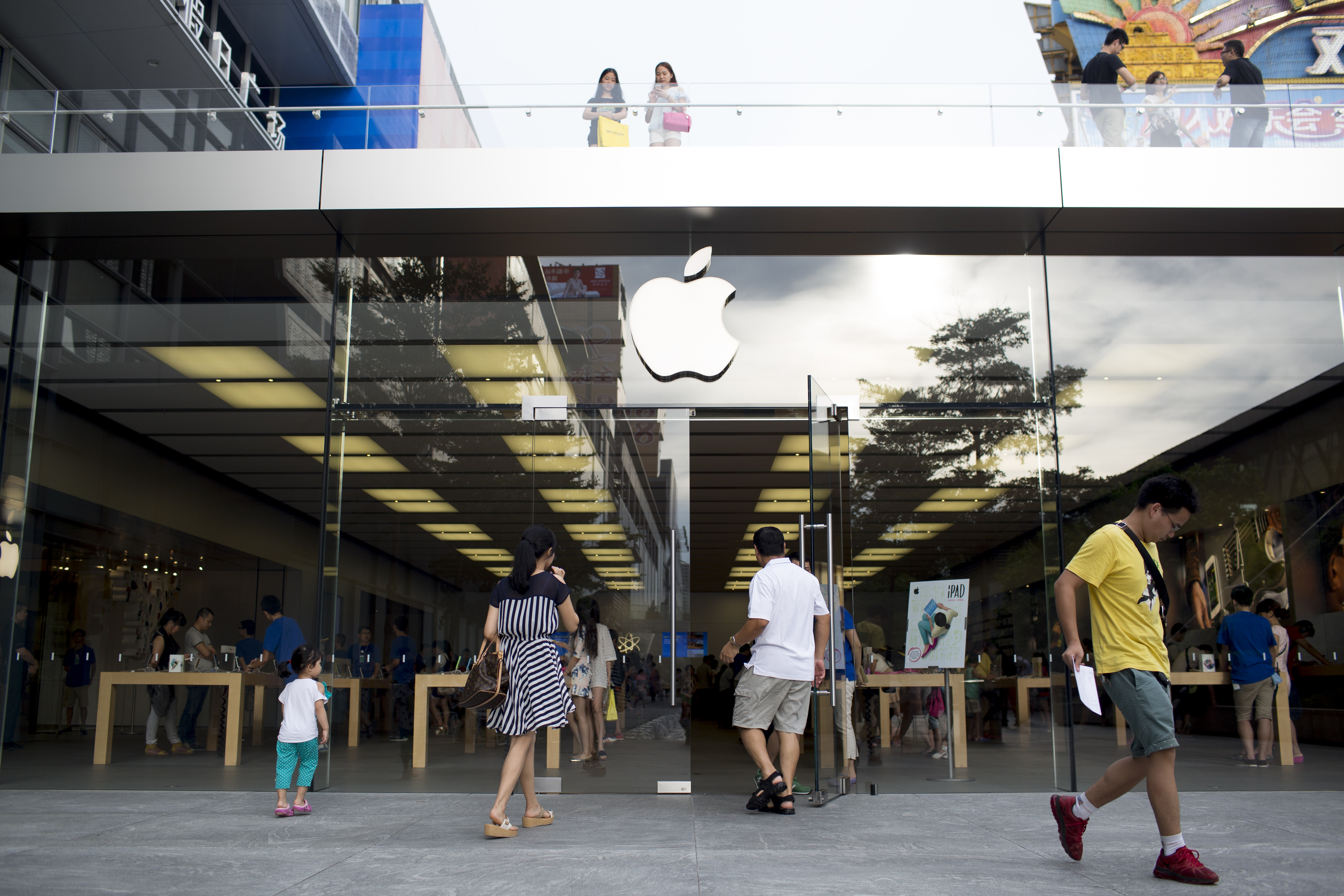 U.S. watchdogs accuse Chinese Apple supplier of unsafe work conditions