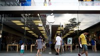Customers enter an Apple Inc. store in the Nanshan district of Shenzhen, China, on Wednesday, Aug. 6, 2014. Photo credit: Bloomberg