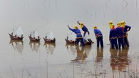 Fishermen from Ly Son Island release miniature fishing boat models with artificial soldiers into the water during a re-enactment of a ceremony which pays homage to the fishermen assigned to protect Hoang Sa (Paracel) Islands. Photo credit: Reuters