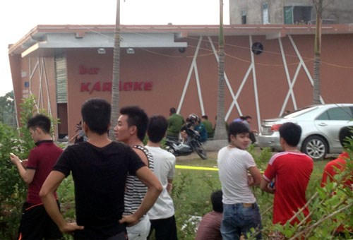A crowd of onlookers gather before the Queen Club karaoke parlor in Quang Ninh Province, where six people die presumably due to gas asphyxiation on Monday. Photo: Thuy Hang