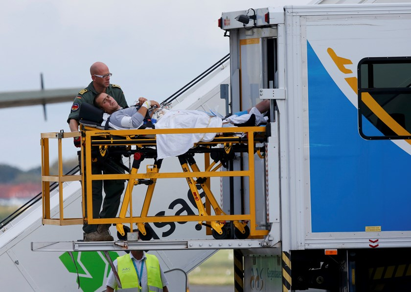 German army medical personnel carry a wounded Ukrainian soldier from a German army Bundeswehr Airbus A310 MEDEVAC plane in Berlin's Tegel airport, September 2, 2014. Photo credit: Reuters
