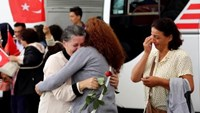 An employee (C) at Turkey's consulate in Mosul is welcomed by her relatives at Esenboga airport in Ankara September 20, 2014. Photo credit: Reuters