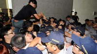 Protesters clash with police at Hong Kong�s official representative office in Taipei, September 29, 2014. Photo credit: Reuters