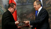 Russian Foreign Minister Sergei Lavrov (R) and his North Korean counterpart Ri Su Yong exchange documents during a signing ceremony in Moscow, October 1, 2014.  Photo credit: Reuters