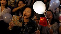 Anti-Occupy Central protesters sing while holding luminous balloons and Chinese flags during a rally in Hong Kong November 7, 2014. Photo credit: Reuters
