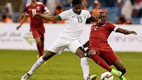 Nassir Alshamrani of Saudi Arabia (L) fights for the ball with Mohamed Ali of Qatar during their Gulf Cup soccer match at King Fahd International Stadium in Riyadh November 13, 2014. Photo credit: Reuters