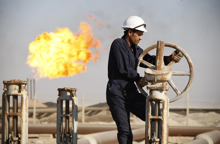 A worker adjusts the valve of an oil pipe at West Qurna oilfield in Iraq's southern province of Basra in this November 28, 2010 file photo. Photo credit: Reuters