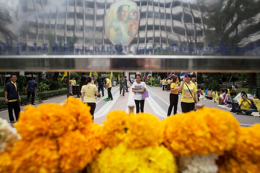People pray for the health of Thailand's King Bhumibol Adulyadej at the Siriraj hospital where he is staying, in Bangkok December 4, 2014. Photo: Reuters
