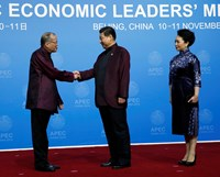 Philippine President Benigno Aquino (L) shakes hands with China's President Xi Jinping as Xi's wife Peng Liyuan stands beside, during the APEC Welcome Banquet at Beijing National Aquatics Center, or the Water Cube, in Beijing, November 10, 2014. Photo cre