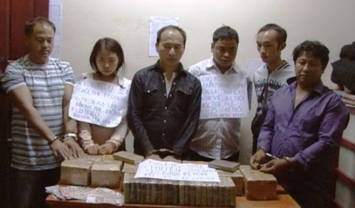 Six foreigners in police custody with around 31 kilograms of heroin they allegedly attempted to smuggle from Laos to Vietnam. Photo courtesy of Ha Tinh Border Guard