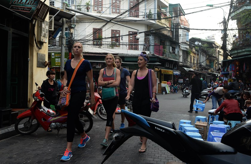 Foreign tourists walk in the ancient quarter of Hanoi on November 13, 2014. Prime Minister Nguyen Tan Dung has instructed agencies concerned to consider waiving tourist visa requirements for more nationalities. Photo credit: AFP