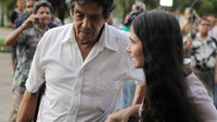 Prominent Cuban dissident and blogger Yoani Sanchez (R) walks with her husband Reinaldo Escobar outside Havana's Jose Marti International Airport in this May 30, 2013 file photo. Photo credit: Reuters