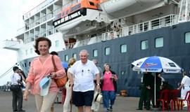 Vietnam PM calls on bureaucrats to ease up on cruise tourists