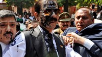 The Sahara group chairman Subrata Roy (C) with his face smeared in ink thrown by an unidentified man upon his arrival at the Supreme Court in New Delhi in this March 4, 2014 file photo. Photo credit: Reuters