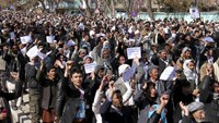 Ethnic Hazara demonstrators protest demanding action to rescue Hazaras kidnapped from a bus by masked men who many believe are influenced by Islamic State, in Ghazni, March 17, 2015. Photo credit: Reuters