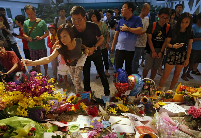 People lay flowers and well-wishes for Singapore's former Prime Minister Lee Kuan Yew at the Singapore General Hospital in Singapore March 21, 2015. Photo credit: Reuters