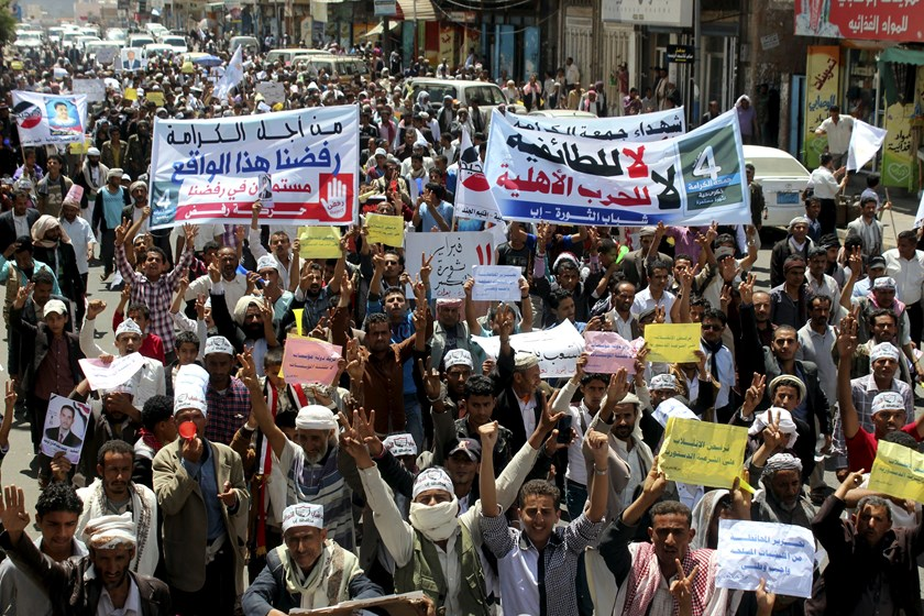 Anti-Houthi protesters demonstrate to show support for Yemen's President Abdu-Rabbu Mansour Hadi in the central city of Ibb March 21, 2015. Photo credit: Reuters