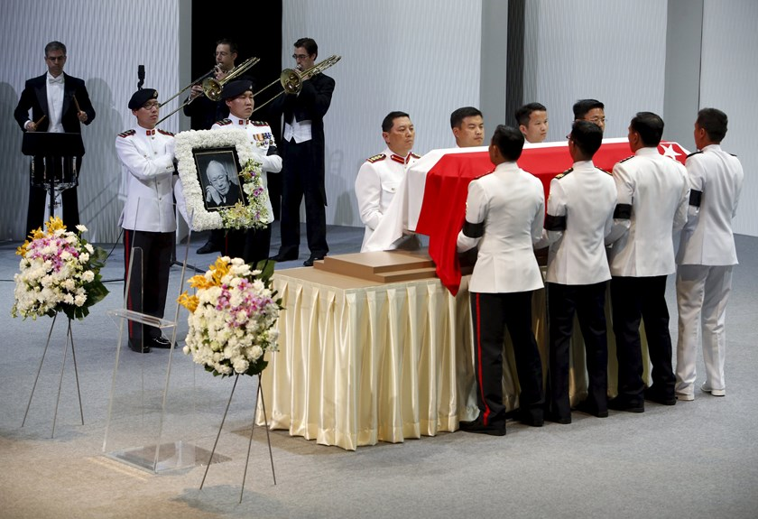 Pallbearers carry the casket of former leader Lee Kuan Yew as they depart for the final journey to the crematorium at the University Cultural Center at the National University of Singapore March 29, 2015. Photo: Reuters