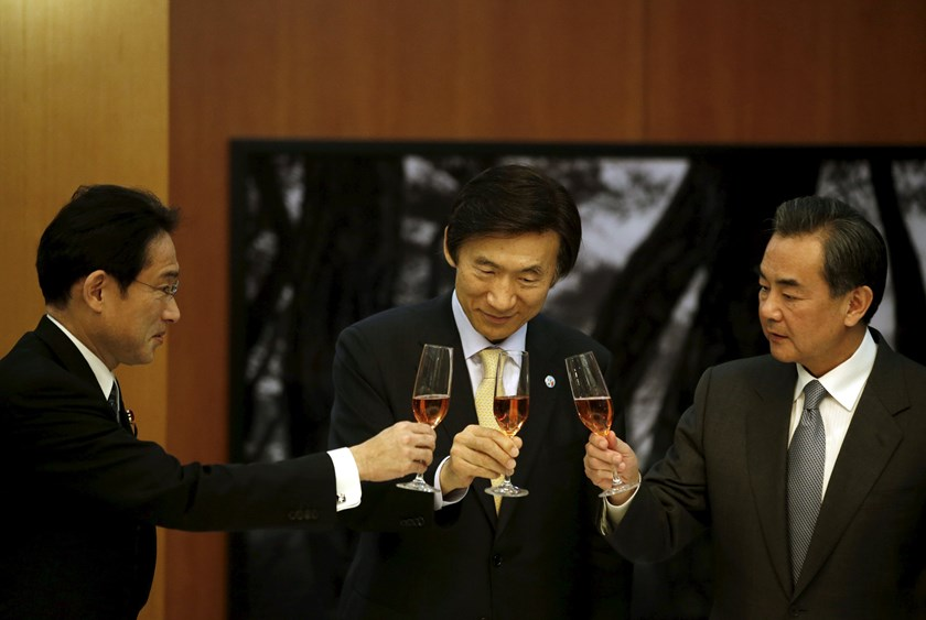 Japanese Foreign Minister Fumio Kishida, South Korean Foreign Minister Yun Byung-se and Chinese Foreign Minister Wang Yi make a toast during a banquet at the South Korean Foreign Minister's residence in Seoul March 21, 2015. T