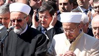 Turkey's Prime Minister Ahmet Davutoglu (C) prays during the funeral ceremony of prosecutor Mehmet Selim Kiraz at the courtyard of Eyup Sultan mosque in Istanbul April 1, 2015. Photo: Reuters
