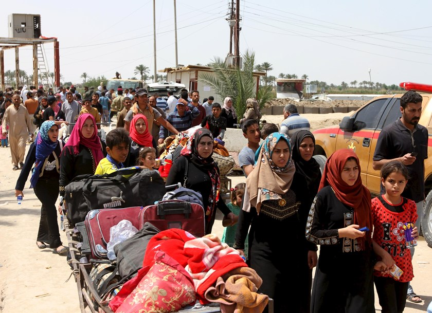 Displaced Sunni people, who fled the violence in the city of Ramadi, arrive at the outskirts of Baghdad, April 18, 2015. Iraqi security forces fought Islamic State militants at the gates of the western city of Ramadi on Friday. Photo: Reuters